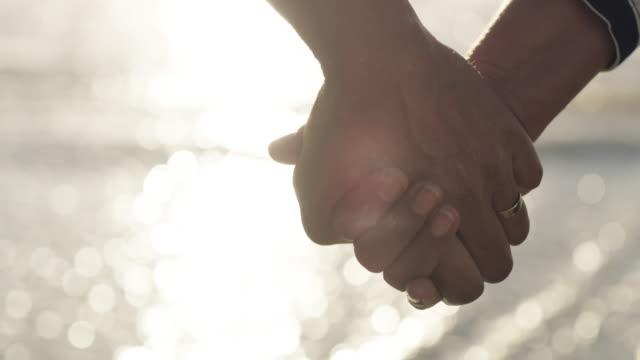 私たちは永遠にお互いを持つでしょう - 結婚指輪点の映像素材/bロール