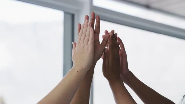 vídeos de stock e filmes b-roll de we work together, we win together - dar mais cinco