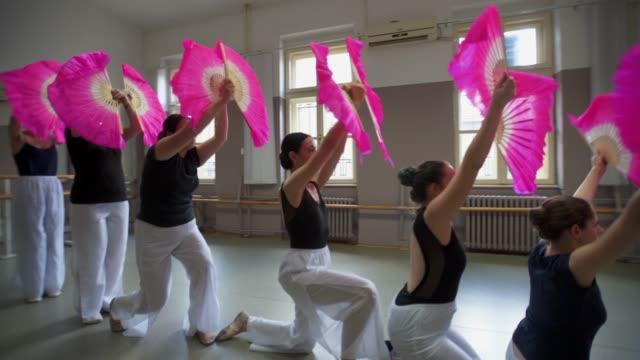 私たちは最善の方法でこれを実行するために懸命に働いた - バレエ練習用バー点の映像素材/bロール