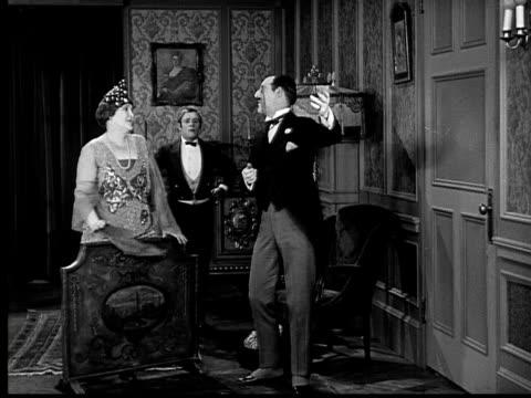 vidéos et rushes de 1924 b&w ws wealthy woman's houseguest talks and blows kiss  - 1924