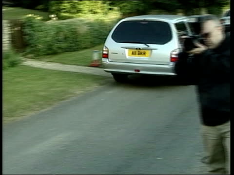vídeos y material grabado en eventos de stock de weapons expert dr david kelly found dead itn england oxfordshire abingdon car carrying body of scientist dr david kelly towards past with police... - oxfordshire