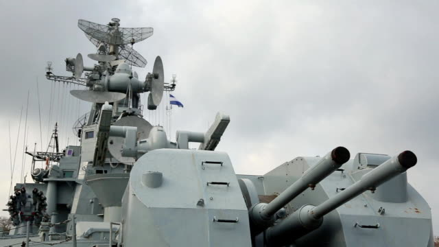 vídeos de stock e filmes b-roll de armas do navio de guerra russo - parte do corpo animal