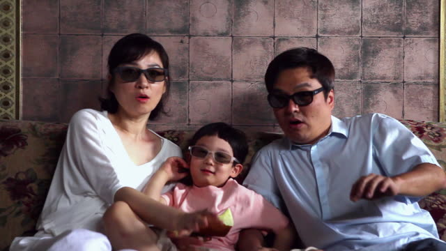 vídeos de stock, filmes e b-roll de ms zi wearing 3d glasses family watching surprising / seoul, south korea - óculos de terceira dimensão