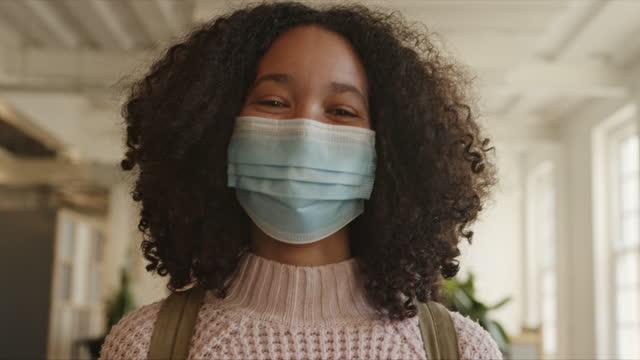 vidéos et rushes de porter un masque fait toute la différence - s'adapter