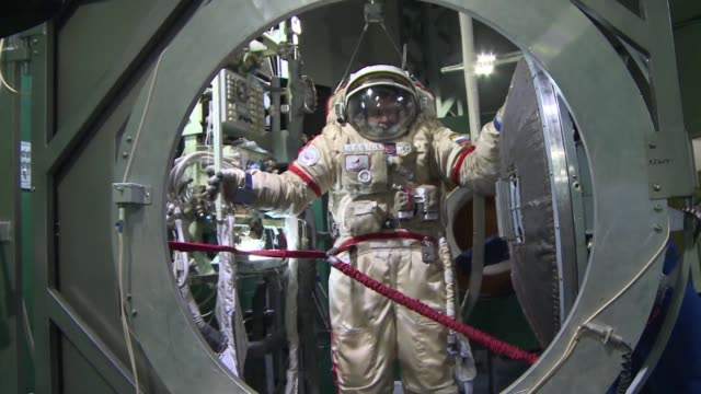 wearing helmets weighing 100 kilos spinning in a centrifuge and exercising while weightless russian cosmonauts and astronauts from abroad have to... - attività video stock e b–roll