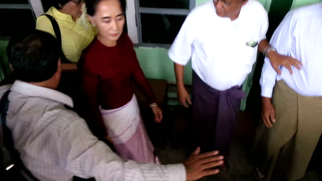 vidéos et rushes de wearing her trademark thazin flowers in her hair, a smiling suu kyi arrived at the polling station near her lake-side residence where she was mobbed... - 2015