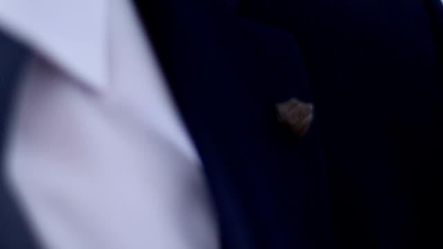 ラペル ・ ピンを身に着けています。 - バッジ点の映像素材/bロール