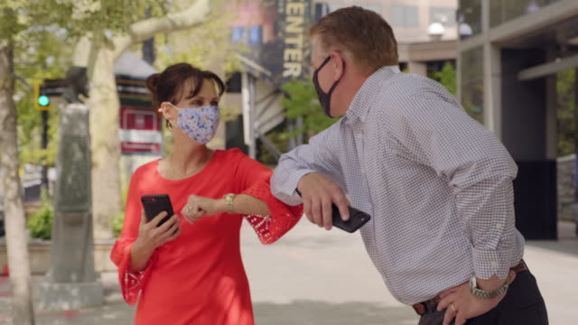 vídeos y material grabado en eventos de stock de usar máscara en la ciudad - codo