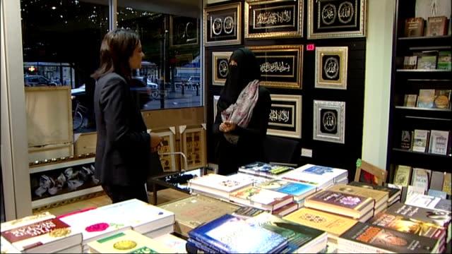 vídeos de stock, filmes e b-roll de wearing of niqab by british muslim women england birmingham ext close shot women along wearing niqab reflection of woman in niqab in shop window... - vestimenta religiosa
