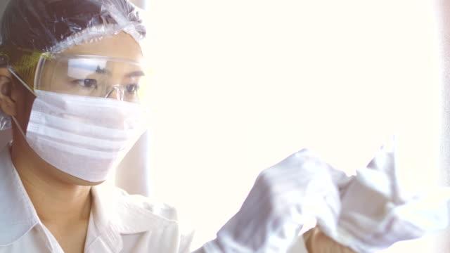 schutzhandschuhe tragen - schutzhandschuh stock-videos und b-roll-filmmaterial