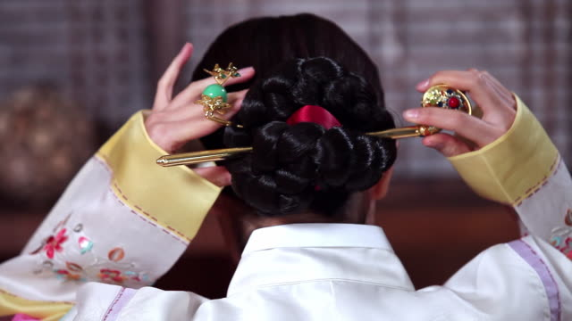 vídeos y material grabado en eventos de stock de cu wearing traditional costume hanbok women tydying up her hair / jeju-do, south korea - coreano oriental