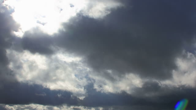 vidéos et rushes de weather change after the rain, from cloudy to sunny - ciel couvert