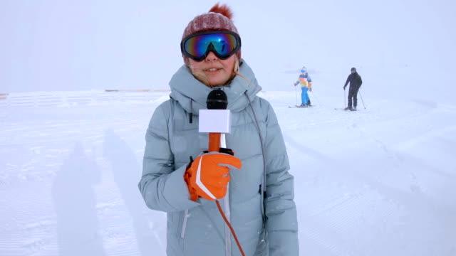 vídeos de stock e filmes b-roll de weather reporter talking at winter mountains - jornalista