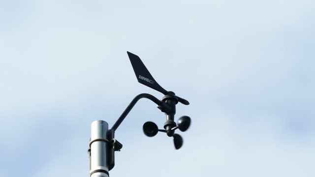 weather station, anemometer on a blue sky. - wetterstation stock-videos und b-roll-filmmaterial