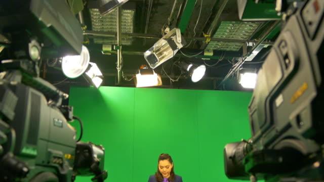 """vídeos de stock, filmes e b-roll de hd: weathercaster em um fundo do """"chroma key - television show"""