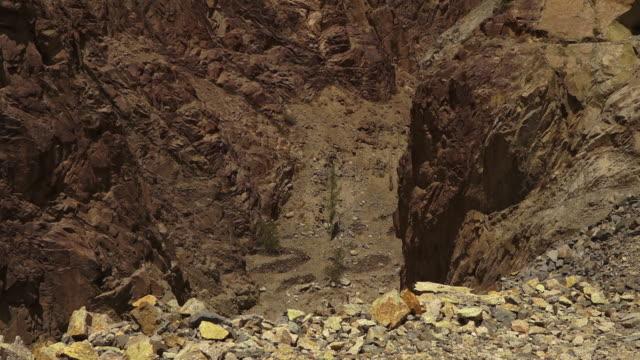 weathering rocks of dry indian himalayan, ladakh - rock stock videos & royalty-free footage