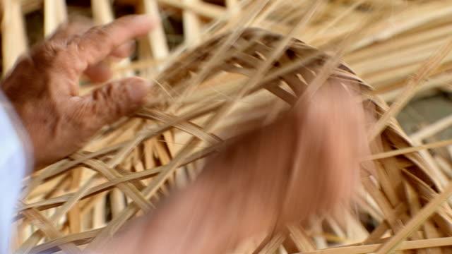 weaving bamboo basket - artigiano video stock e b–roll