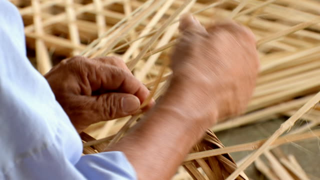 tessitura cesto di bambù - tessere video stock e b–roll