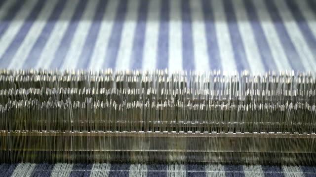 weaving loom machines in textile factory - telaio attrezzatura per arti e mestieri video stock e b–roll