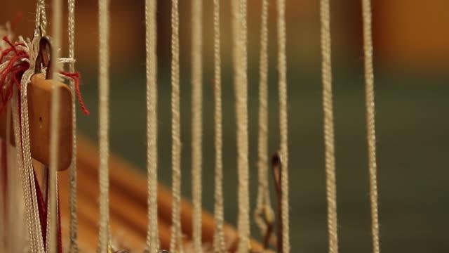 stockvideo's en b-roll-footage met a weaving machine running - weefgetouw