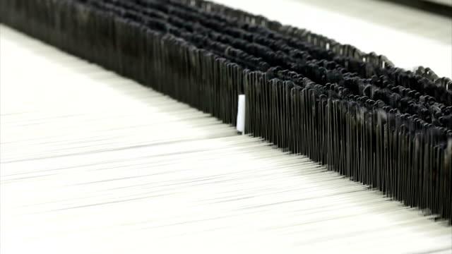 vídeos de stock e filmes b-roll de tecer máquina - indústria têxtil