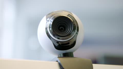 vídeos y material grabado en eventos de stock de web cam en la parte superior de un monitor de computadora - cámara