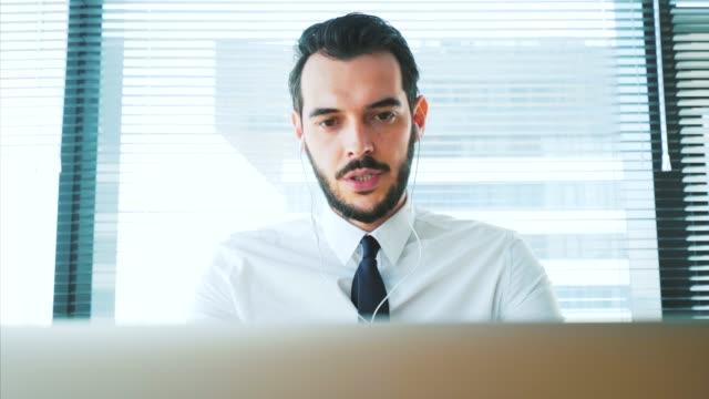 オフィスでの web 会議。 - 説明する点の映像素材/bロール
