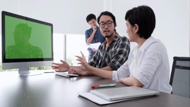 vídeos de stock, filmes e b-roll de designers de web no trabalho e fundo de tela verde. - programador