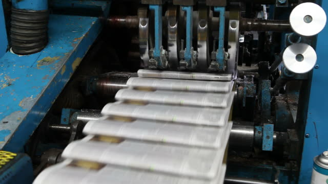 stockvideo's en b-roll-footage met web offset printing press folding a daily newspaper - krant