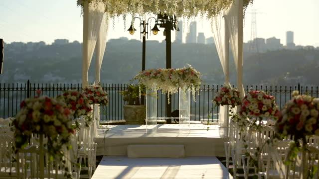 huwelijksdecoratie gangpad met bloemen