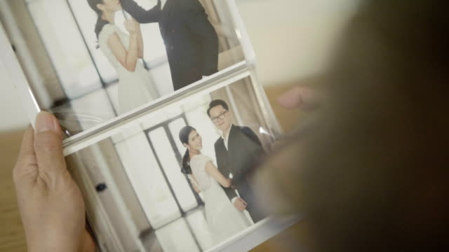 wedding album - coniugi video stock e b–roll