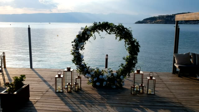 vídeos de stock e filmes b-roll de wedding arch on the background of the sea - arco caraterística arquitetural