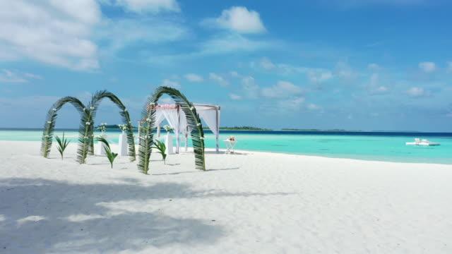 hochzeitsbogen mit tropischem strand und meer auf den malediven - malediven stock-videos und b-roll-filmmaterial