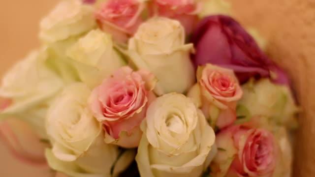 vídeos y material grabado en eventos de stock de ramo de novia - cerrar - una rosa