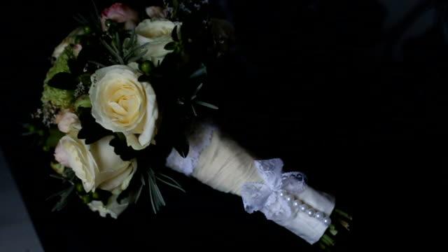 vídeos de stock e filmes b-roll de wedding bouquet laying on bed - trílio