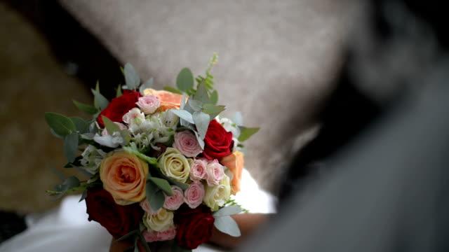 vídeos de stock e filmes b-roll de wedding bouquet of roses - formal