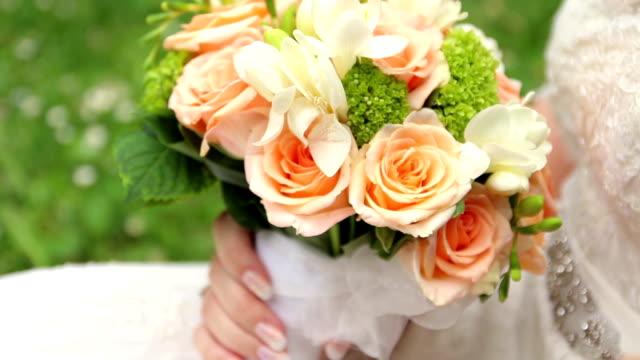 vidéos et rushes de bouquet de mariage - composition florale