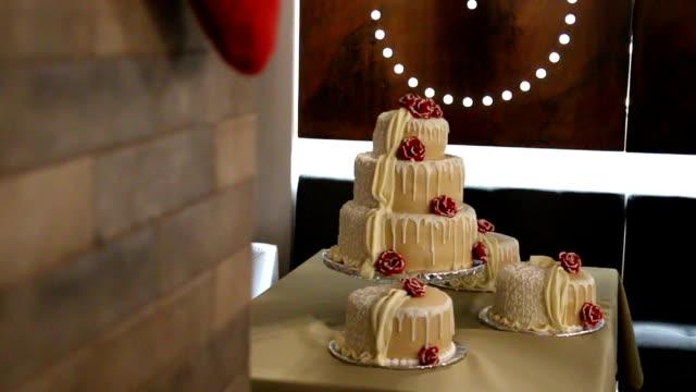 Hochzeitstorte, dekoriert mit Blumen