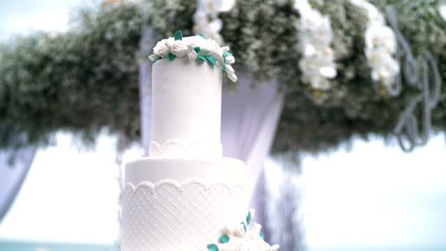 vídeos de stock, filmes e b-roll de bolo de casamento  - casado