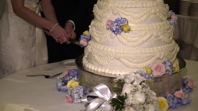 vídeos de stock e filmes b-roll de bolo de casamento - trílio