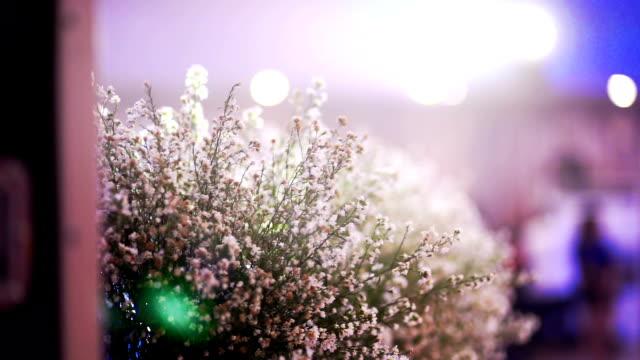 結婚式の花と電飾ライト背景のボケ味。 - 花束点の映像素材/bロール