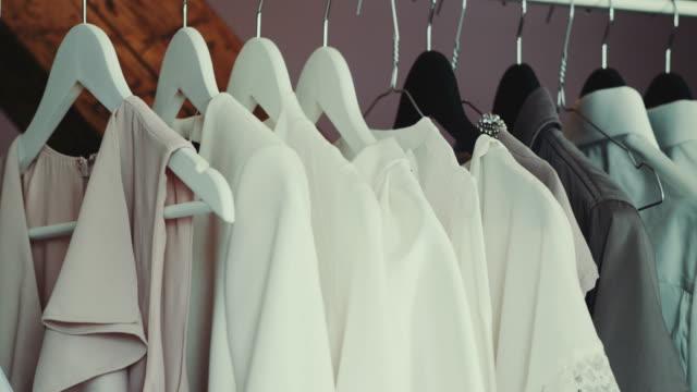 Hochzeitskleidung auf Bügel hängend