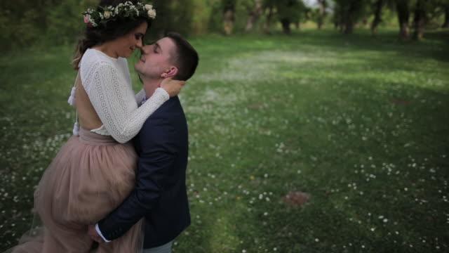 Bröllopsparet i naturen