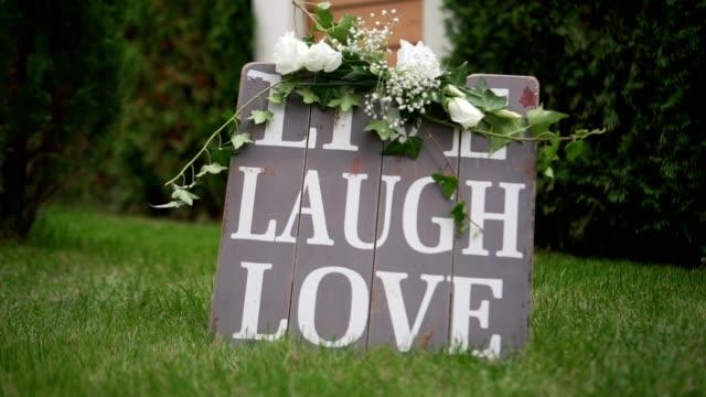 vidéos et rushes de mariage décoration litle rire amour vintage en bois - décoration de fête