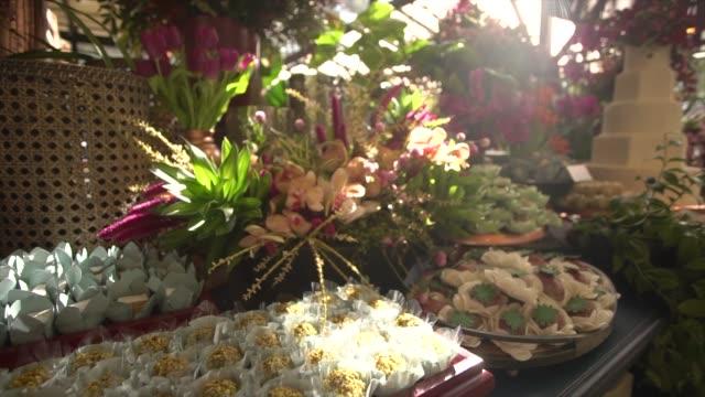 vidéos et rushes de table de dessert de mariage avec des fleurs - invité