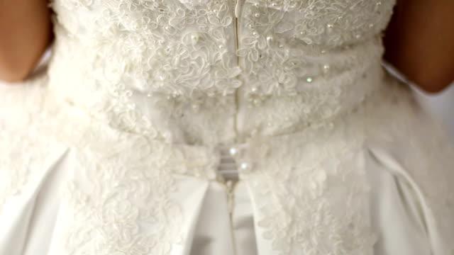 vídeos de stock, filmes e b-roll de detalhe do vestido de casamento  - vestido de noiva