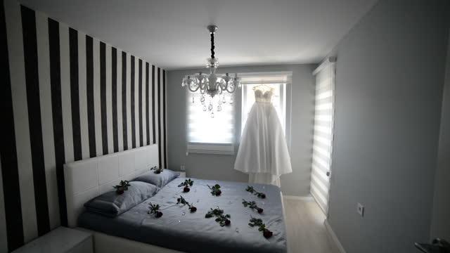 窓の背景に棚にぶら下がっているウェディングドレス - ヘッドボード点の映像素材/bロール