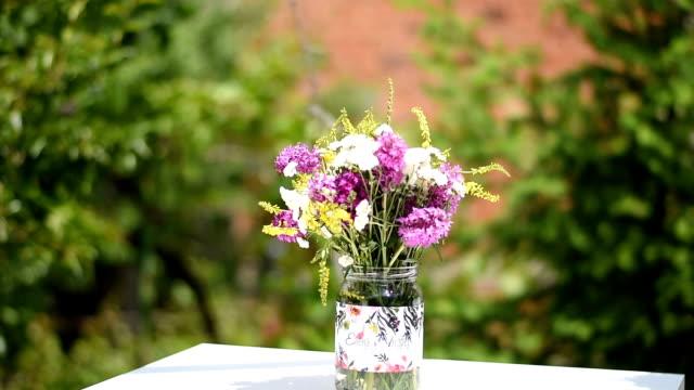 vídeos de stock e filmes b-roll de wedding flower decoration - trílio