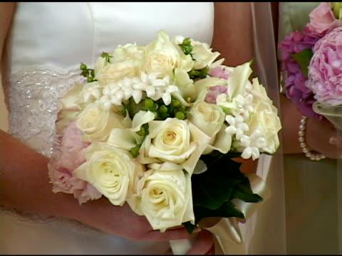 vídeos de stock, filmes e b-roll de flores de casamento - dama de honra