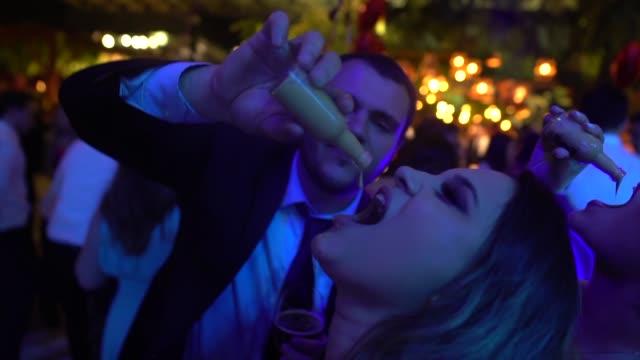 結婚式のゲストの飲酒ショット - ウォッカ点の映像素材/bロール
